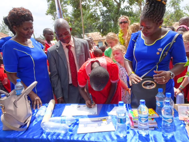 Leerling die hun handtekening zetten onder het contract dat zij tekenen namens de leerlingen.